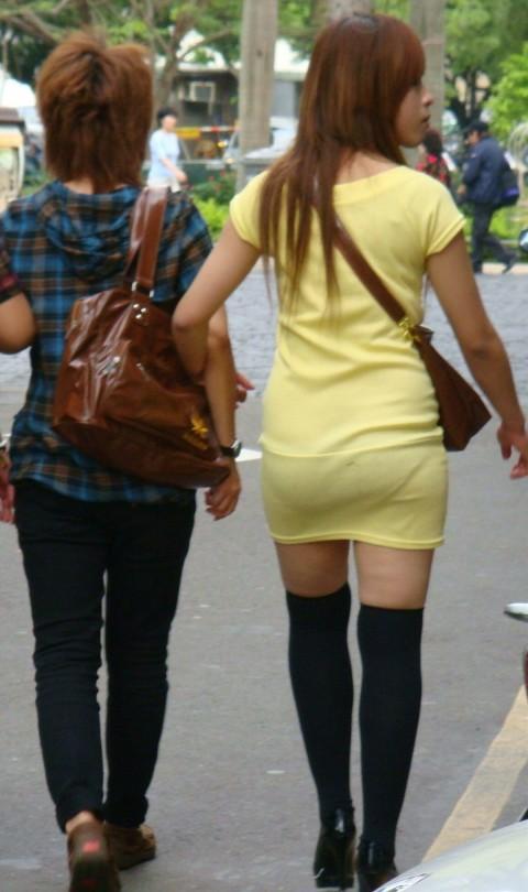 街角で撮影された素人お姉さんのお尻に透けるパンツのエロ画像 1024
