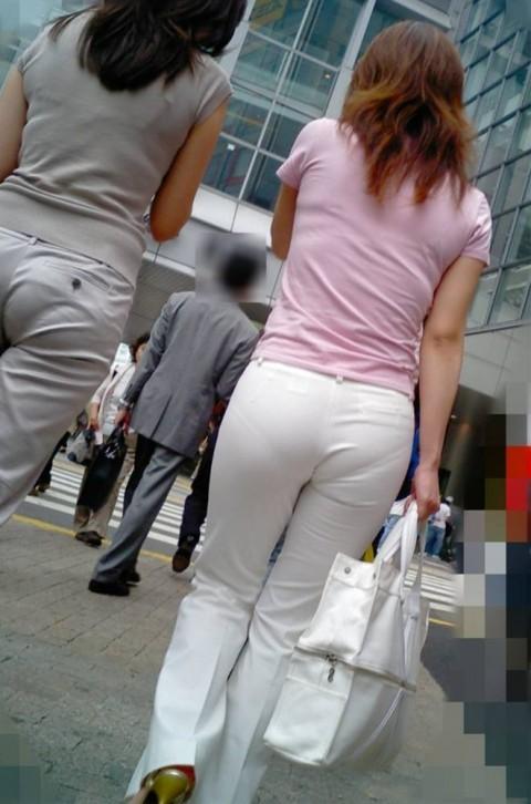 街角で撮影された素人お姉さんのお尻に透けるパンツのエロ画像 1109