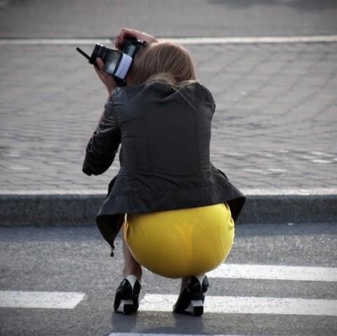 街角で撮影された素人お姉さんのお尻に透けるパンツのエロ画像 1128