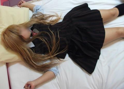 生脚のロリ小学生が黒パンストを街撮り盗撮した画像