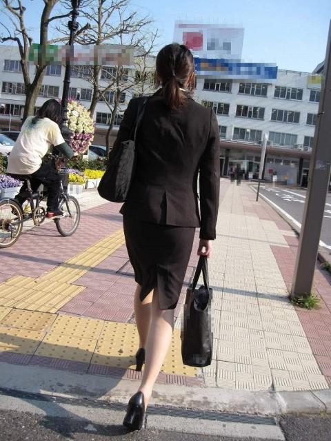 まだ若い新入社員に見える素人OLの後ろ姿の街撮り盗撮エロ画像 2023