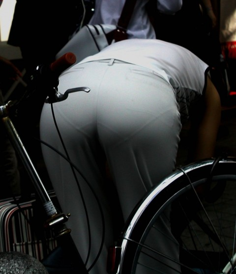 街角で撮影された素人お姉さんのお尻に透けるパンツのエロ画像 2124