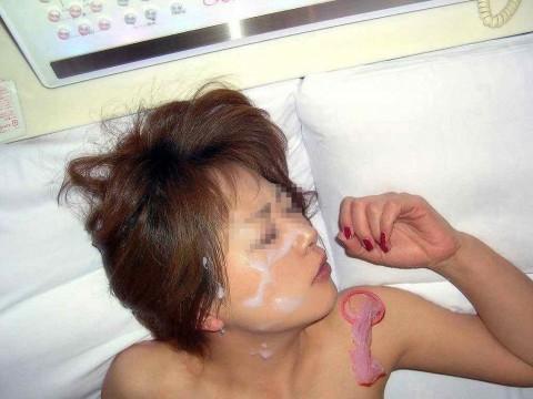 彼氏にザーメンをぶっかけられて記念撮影してる素人娘のエロ画像 2126