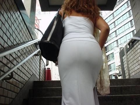 街角で撮影された素人お姉さんのお尻に透けるパンツのエロ画像 2221