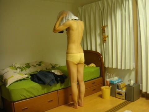 部屋でくつろぐ奥さんや彼女がやらしい姿で油断してる素人エロ画像 2519