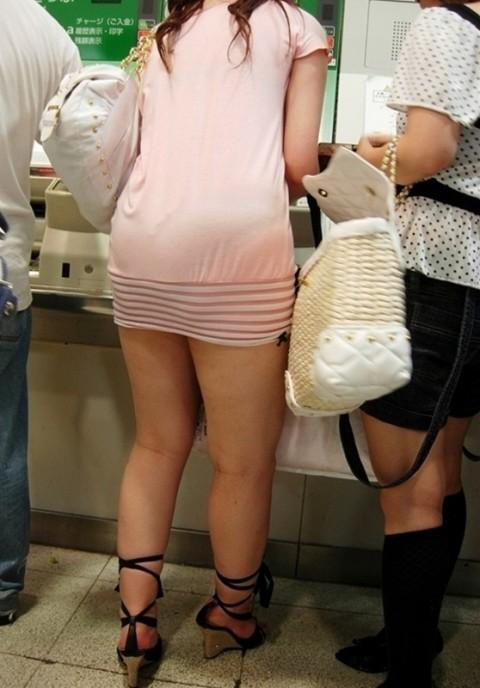 街角で撮影された素人お姉さんのお尻に透けるパンツのエロ画像 2712