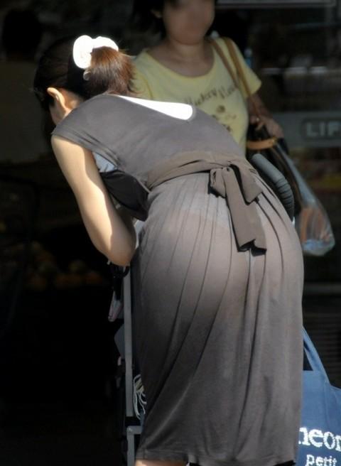 街角で撮影された素人お姉さんのお尻に透けるパンツのエロ画像 2811
