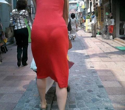 街角で撮影された素人お姉さんのお尻に透けるパンツのエロ画像 297