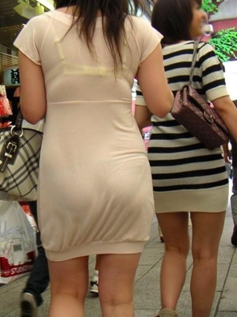 街角で撮影された素人お姉さんのお尻に透けるパンツのエロ画像 3111
