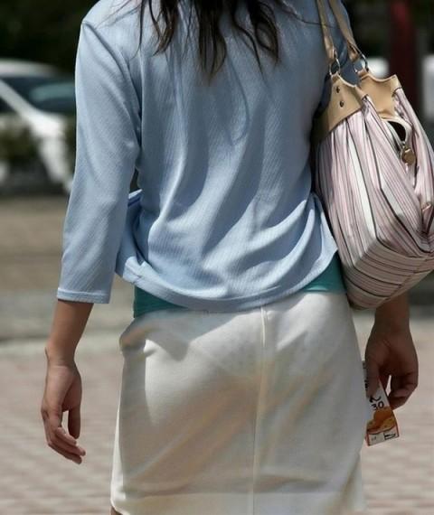 街角で撮影された素人お姉さんのお尻に透けるパンツのエロ画像 333