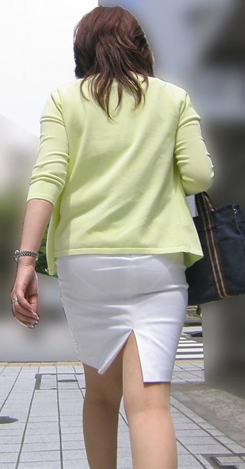 街角で撮影された素人お姉さんのお尻に透けるパンツのエロ画像 334
