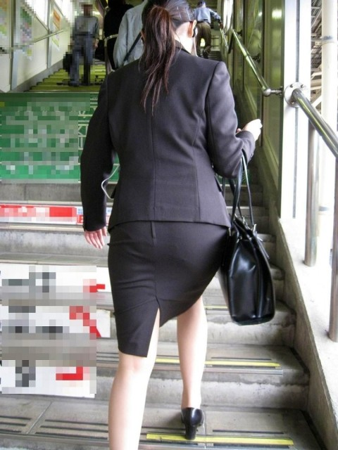 まだ若い新入社員に見える素人OLの後ろ姿の街撮り盗撮エロ画像 339