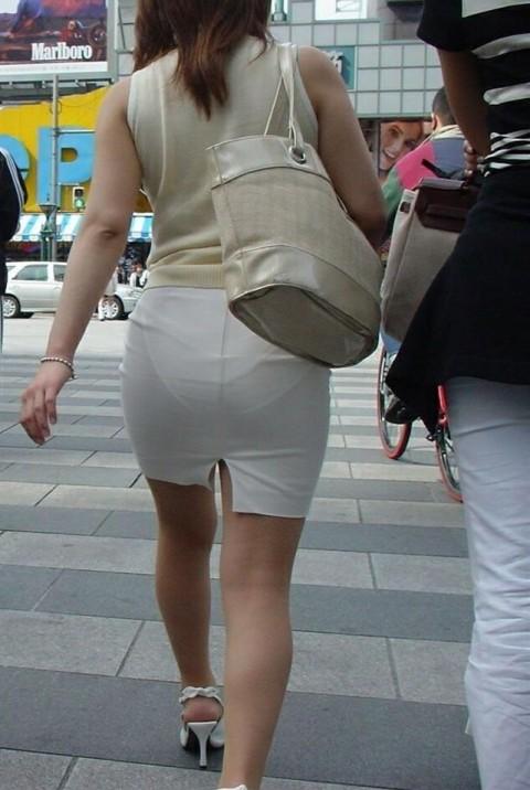 街角で撮影された素人お姉さんのお尻に透けるパンツのエロ画像 426