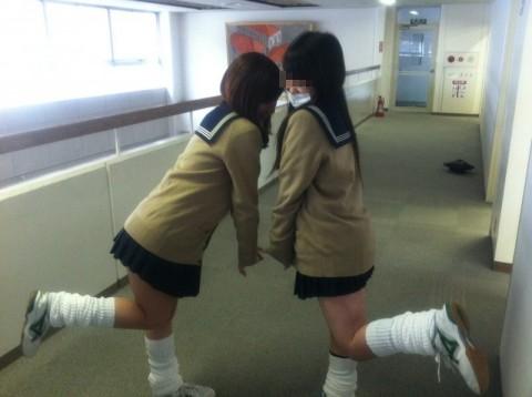 可愛らしい女子校生が友達と悪ふざけしてる素人エロ画像 014