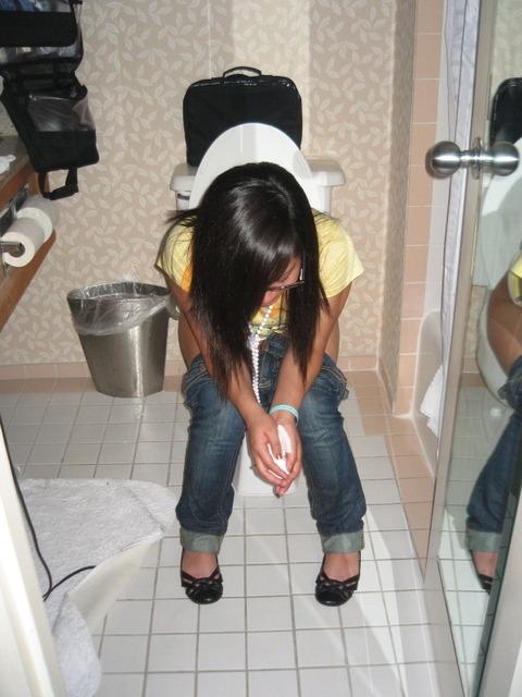 トイレで放尿中の素人娘達のエロ画像 1024