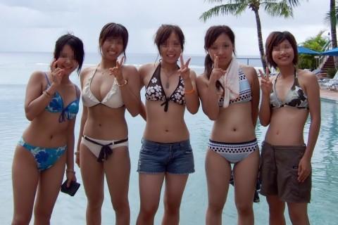 ビキニで巨乳がまぶしい素人娘やガン黒ギャル達が浜辺で集合してるエロ画像 106