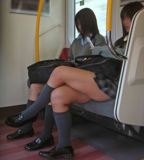 電車内でミニスカから太ももを見せてる女子校生のエロ画像 1109