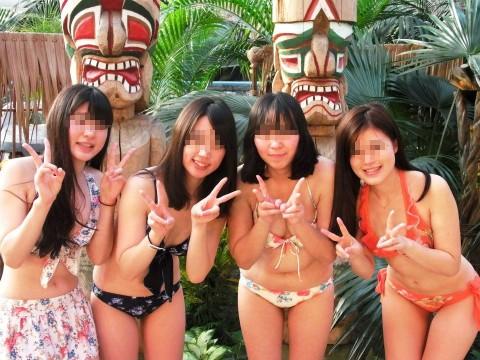 ビキニで巨乳がまぶしい素人娘やガン黒ギャル達が浜辺で集合してるエロ画像 1110