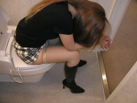 トイレで放尿中の素人娘達のエロ画像 1128