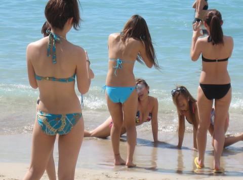 プールやビーチで撮影されたビキニギャルの巨乳おっぱいエロ画像 1135