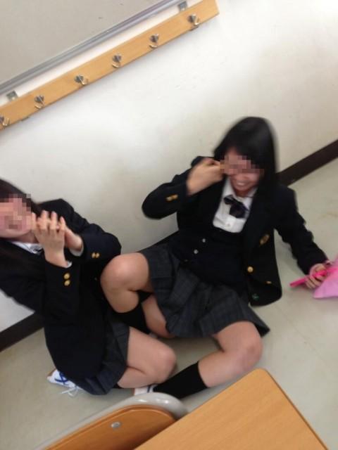 悪ふざけし過ぎな女子校生や女子大生の素人エロ画像 1214