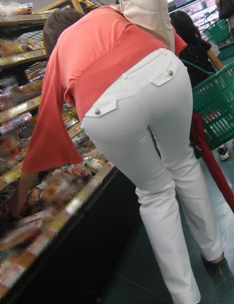 白パンツを履いた事で下着が透けてる街撮り素人のお尻エロ画像 122