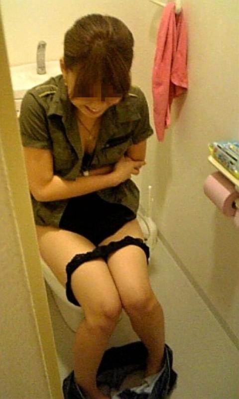 トイレで放尿中の素人娘達のエロ画像 1226