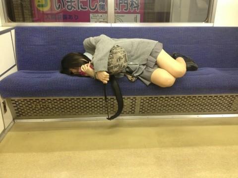 電車内でミニスカから太ももを見せてる女子校生のエロ画像 1227