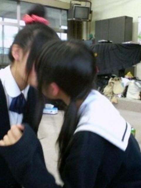 可愛らしい女子校生が友達と悪ふざけしてる素人エロ画像 124