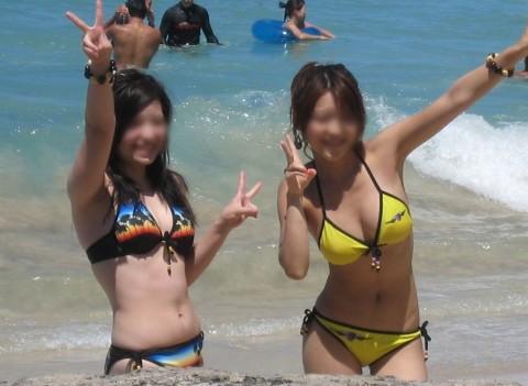 プールやビーチで撮影されたビキニギャルの巨乳おっぱいエロ画像 1328