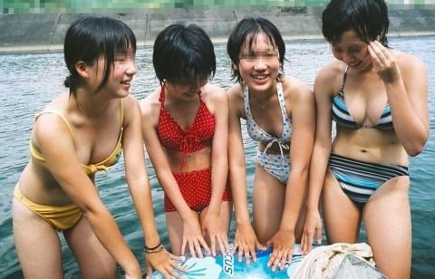 ビキニで巨乳がまぶしい素人娘やガン黒ギャル達が浜辺で集合してるエロ画像 136