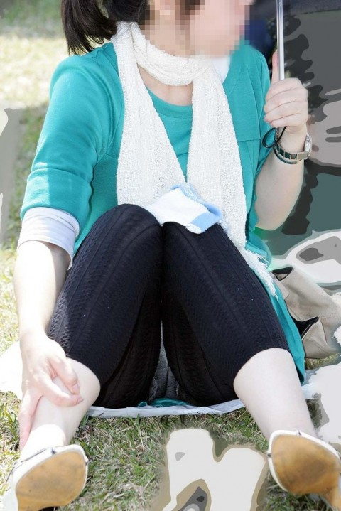 レギンスだからと油断してる素人娘が透けパンツしてるエロ画像 139