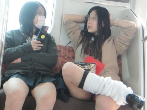 電車内でミニスカから太ももを見せてる女子校生のエロ画像 1425