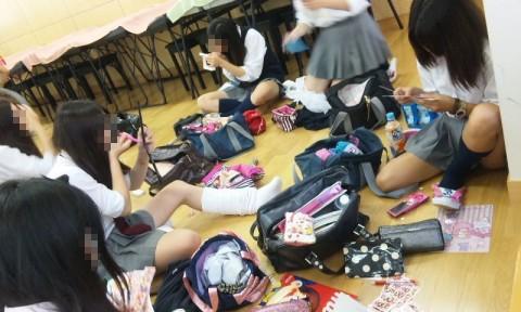 可愛らしい女子校生が友達と悪ふざけしてる素人エロ画像 144