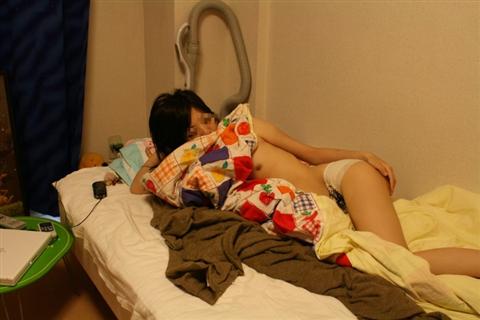 生活感が出過ぎてる素人娘が部屋でくつろぐエロ画像 15