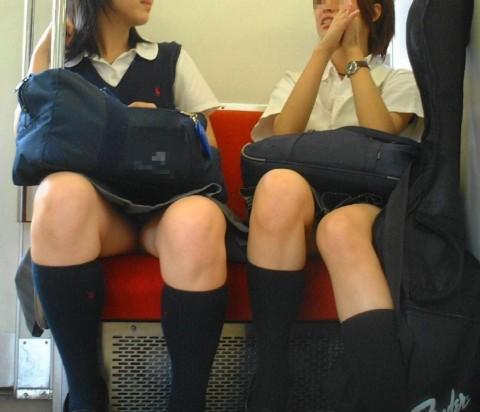 電車内でミニスカから太ももを見せてる女子校生のエロ画像 1525