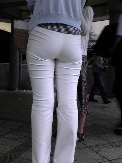 白パンツを履いた事で下着が透けてる街撮り素人のお尻エロ画像 162