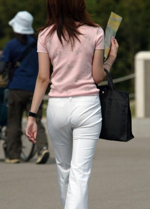 白パンツを履いた事で下着が透けてる街撮り素人のお尻エロ画像 172