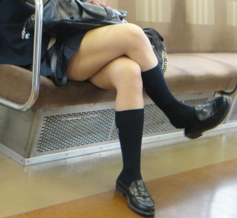電車内でミニスカから太ももを見せてる女子校生のエロ画像 1724