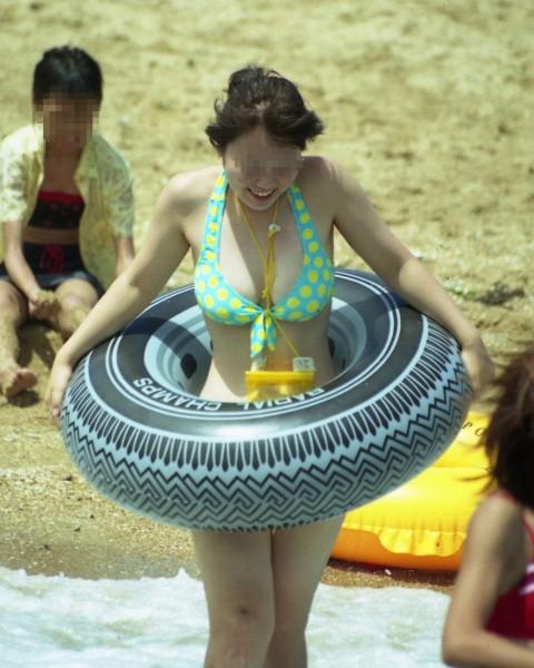 プールやビーチで撮影されたビキニギャルの巨乳おっぱいエロ画像 1727