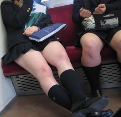 電車内でミニスカから太ももを見せてる女子校生のエロ画像 1824