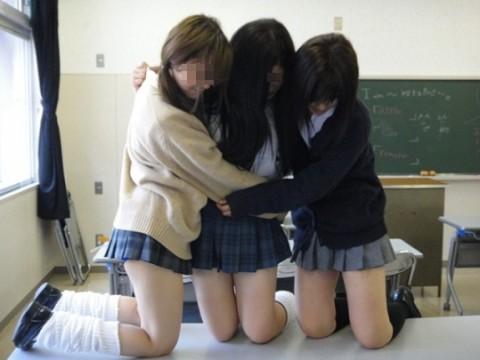 可愛らしい女子校生が友達と悪ふざけしてる素人エロ画像 184