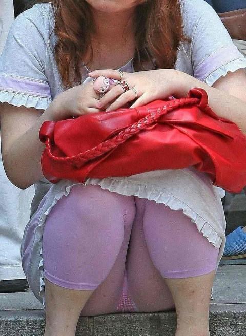 レギンスだからと油断してる素人娘が透けパンツしてるエロ画像 189