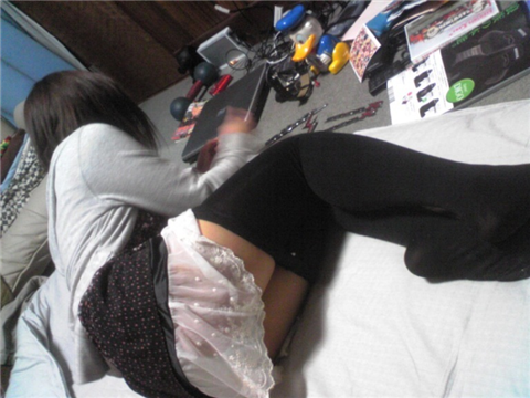 生活感が出過ぎてる素人娘が部屋でくつろぐエロ画像 2