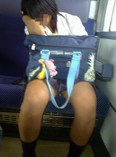 電車内でミニスカから太ももを見せてる女子校生のエロ画像 2021