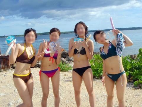 ビキニで巨乳がまぶしい素人娘やガン黒ギャル達が浜辺で集合してるエロ画像 205