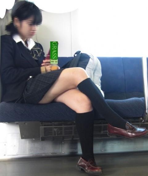 電車内でミニスカから太ももを見せてる女子校生のエロ画像 2123