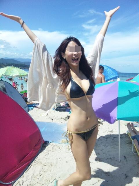 プールやビーチで撮影されたビキニギャルの巨乳おっぱいエロ画像 2126
