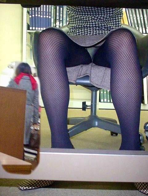 働く素人OLをデスクの下から撮影したパンチラ画像 226