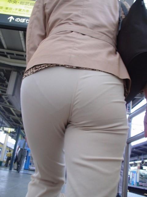白パンツを履いた事で下着が透けてる街撮り素人のお尻エロ画像 232